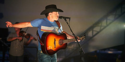 Aaron Watson using the MTP 940 CM condenser vocal mic on stage