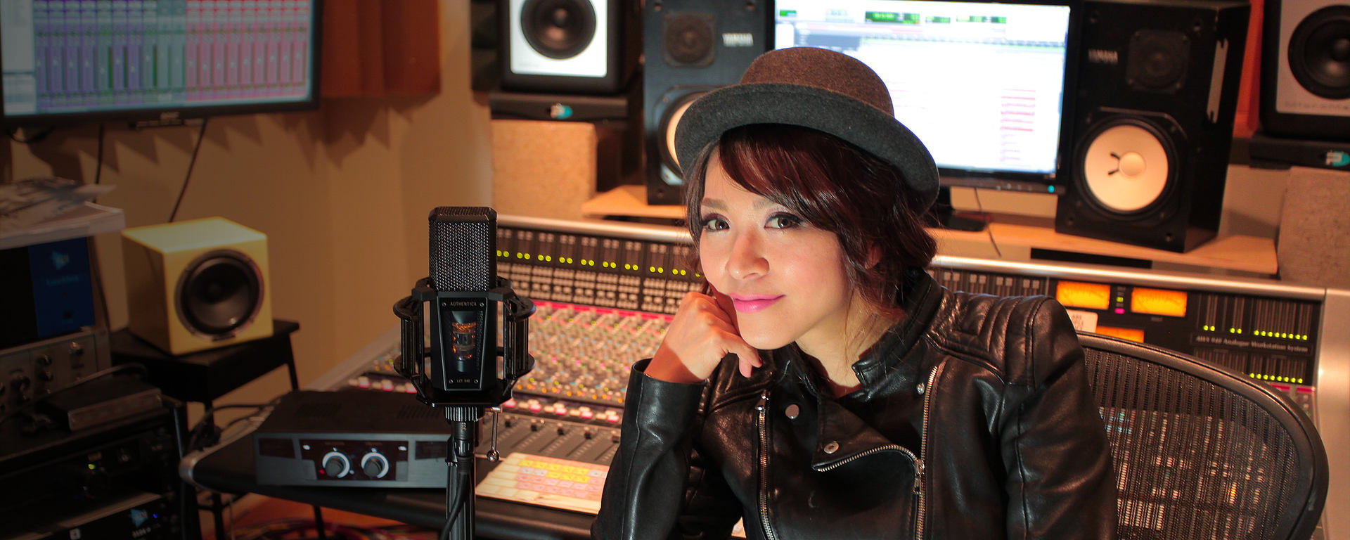 Rie Tsuji with her reference studio tube FET mic LCT 940