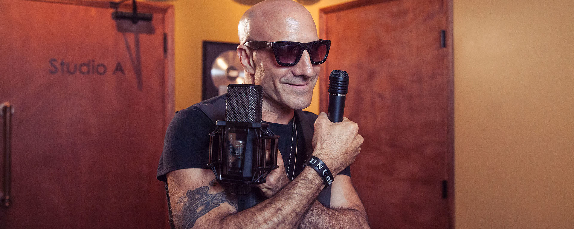 Kenny Aronoff with the MTP 440 DM and the LCT 940 FET/Tube studio microphone