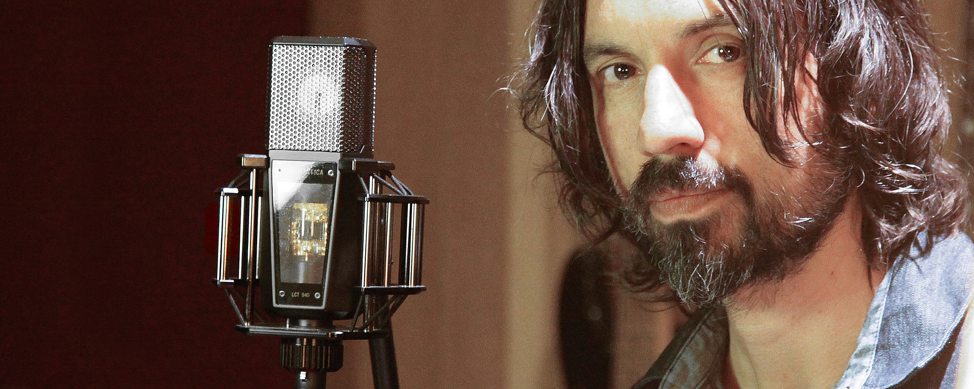 This picture shows a audio engineer with his LCT 840 tube mic